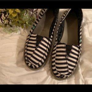 Sanuk Black & White Boat beach shoes sz 11 stripe